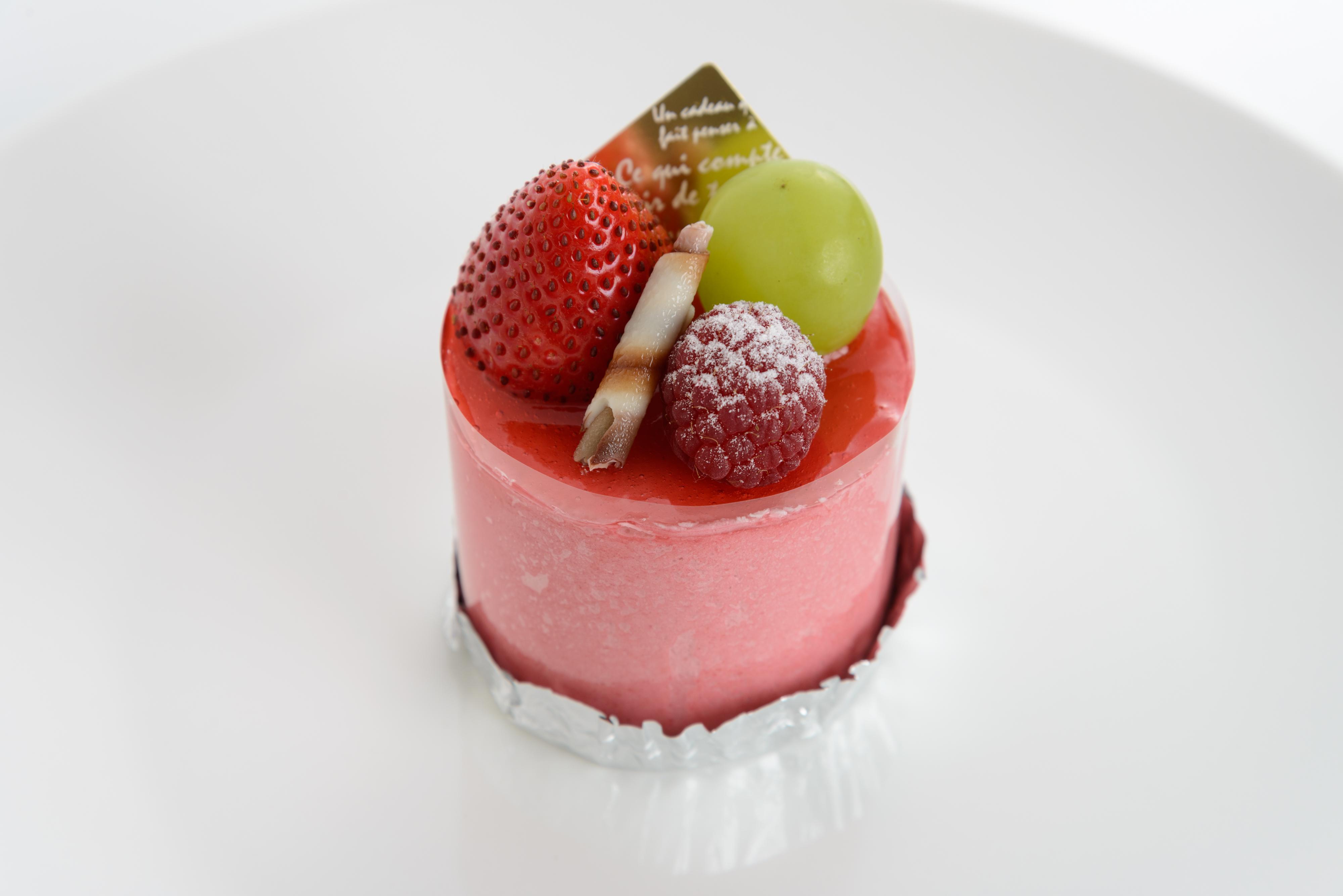 *モンブラン* ココアのロールケーキの上にカスタード・生クリーム・ラム酒の香るマロンクリームで仕上げています。