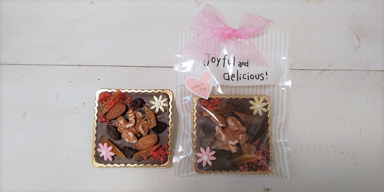 *マンディアン*380円        チョコレートにナッツやドライフルーツをのせたお菓子。期間限定です。