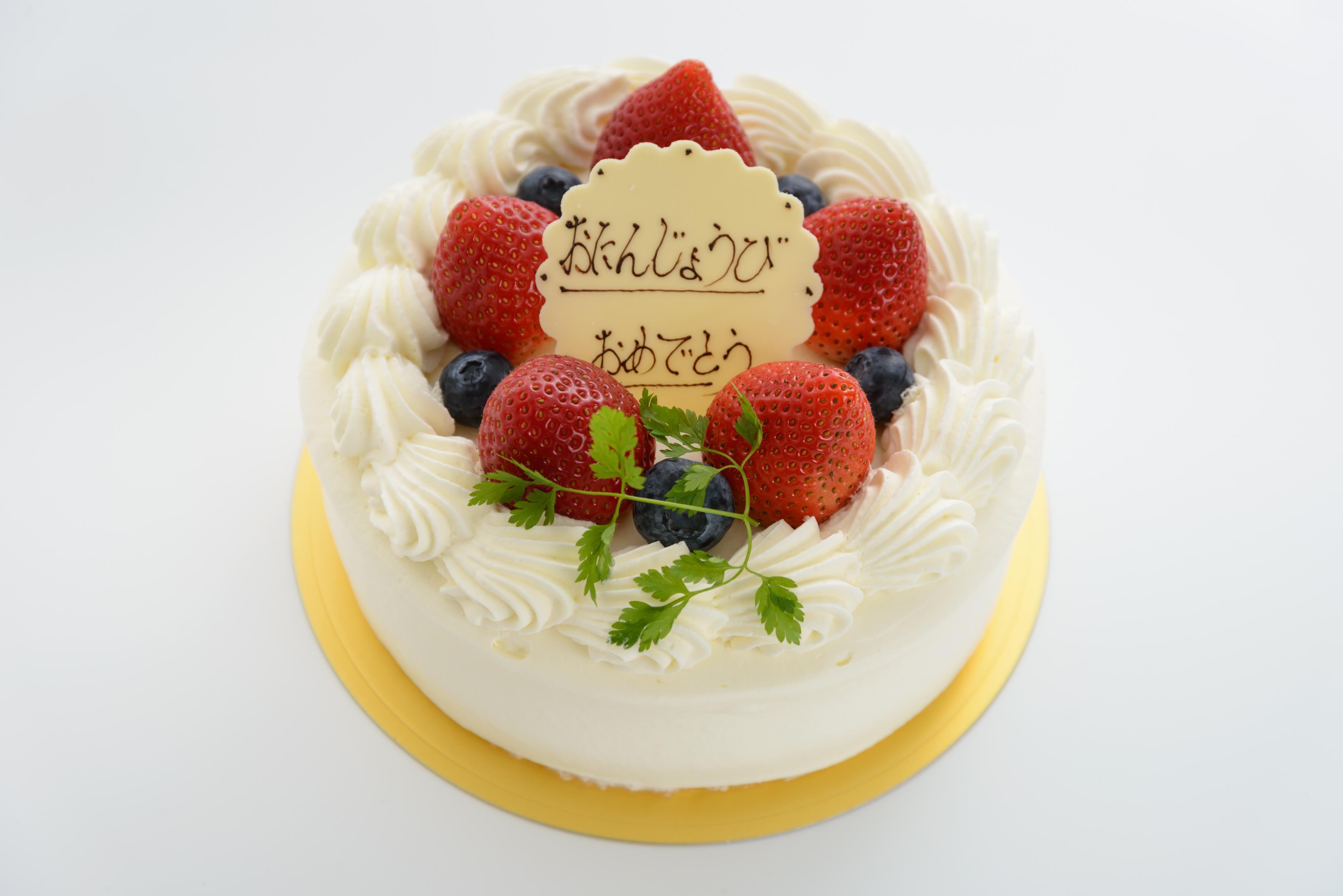 *生クリームデコレーション*お誕生日には苺と生クリームたっぷりのデコレーションをどうぞ。