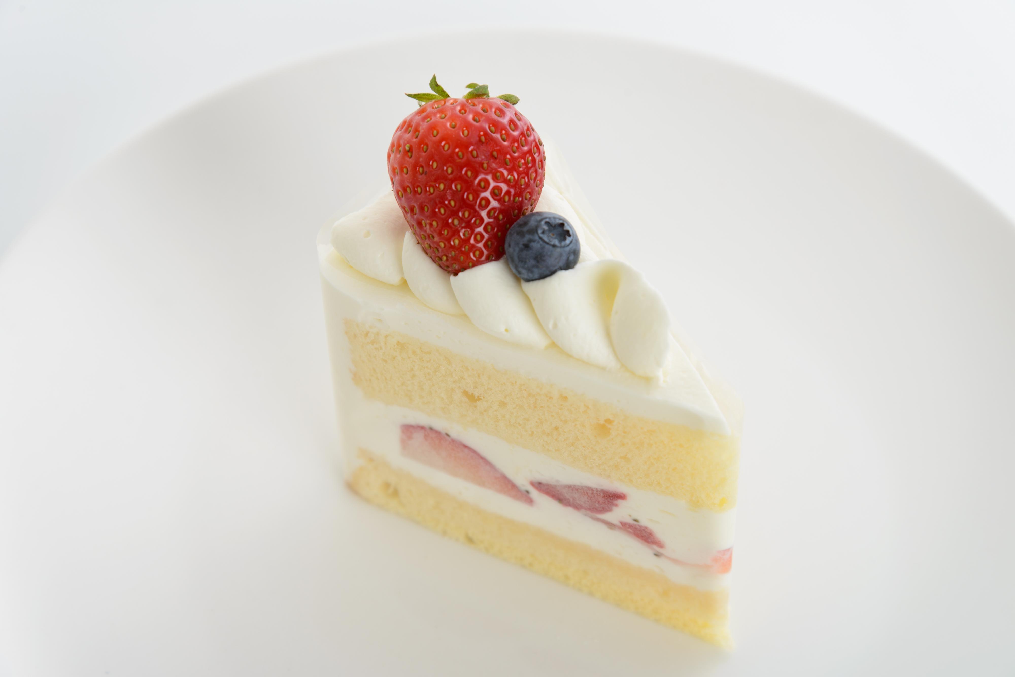 <H1>ショートケーキ</H1> 350円/ふわふわのスポンジにフレッシュ生クリームと新鮮な苺をサンド。 定番のおいしさです。