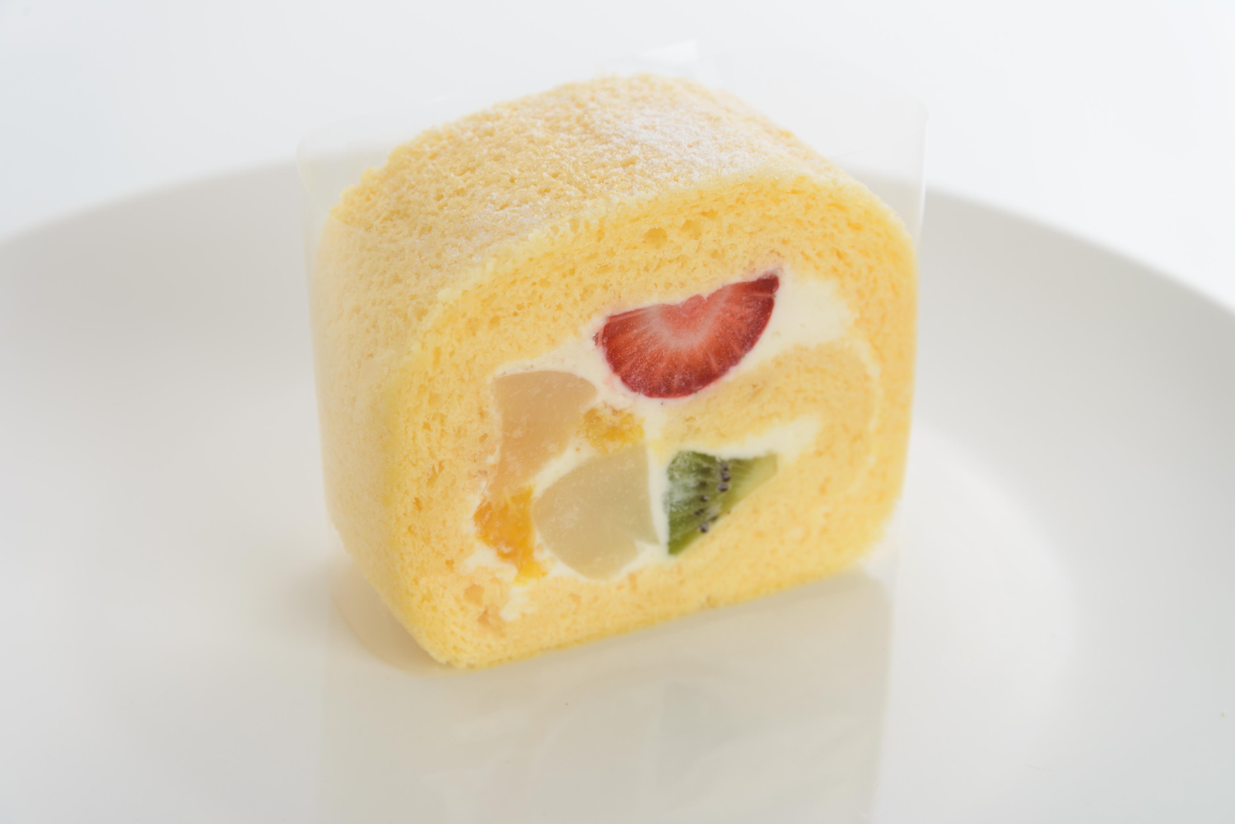 <H1>フルーツロール</H1> 370円/五種類のフルーツをふわふわスポンジとこくのあるクリームで巻きました。おすすめ・人気のケーキです。