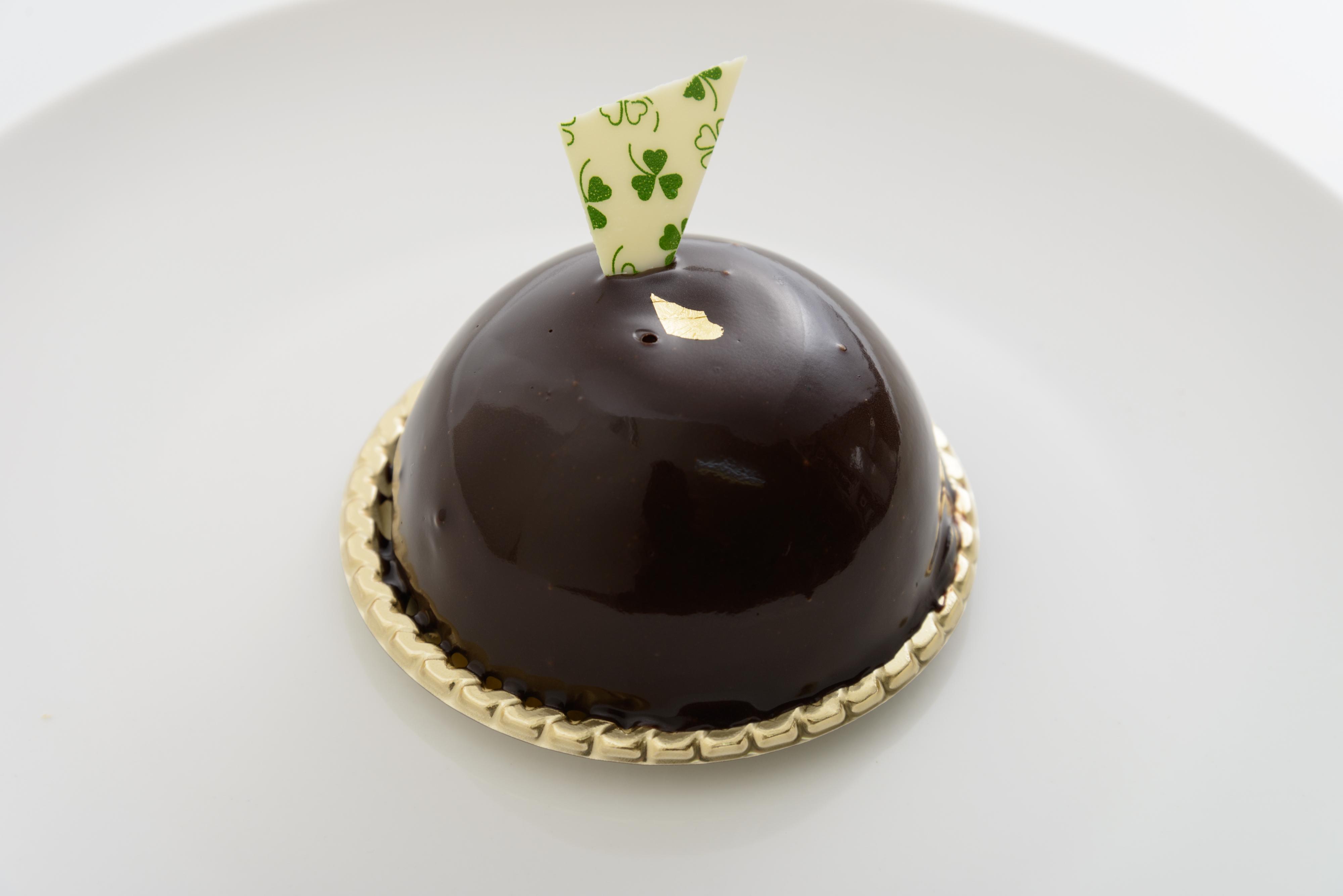 <H1>チョコドーム</H1> 400円/濃厚なチョコレートムースの中にアーモンドムースが入っています。 ※秋冬のみの販売です。