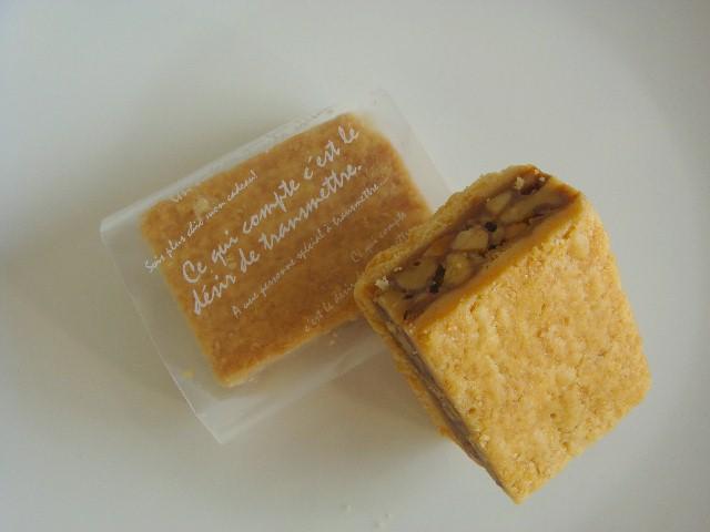 <H1>ダルトワ</H1> 200円/胡桃とアーモンドたっぷりのキャラメルをクッキー生地でサンド。  食べ応え満点です。